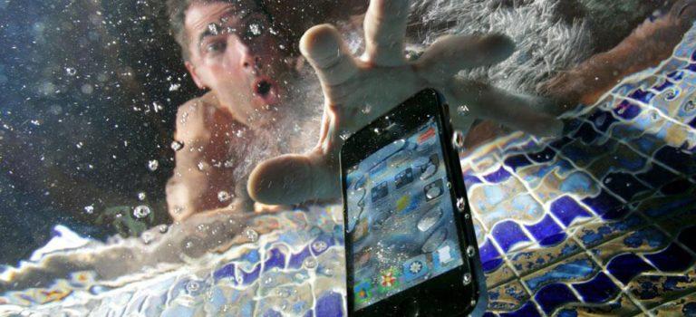 Arreglar movil mojado porque se ha caído al agua, qué hacer, como se puede secar el móvil