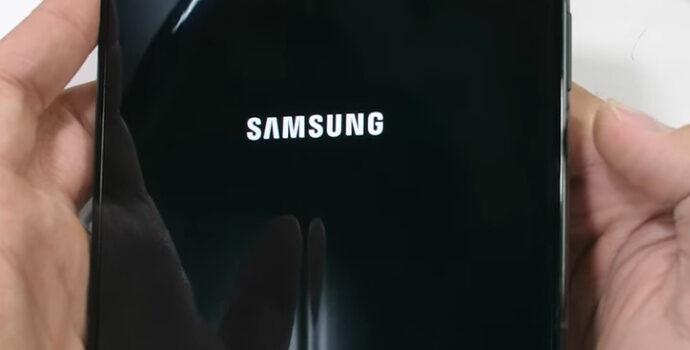 Opinión y análisis pantalla flexible Galaxy Z Fold 3 ¿Tiene hendidura o surco en el punto donde se dobla? o ¿Es completamente plana?